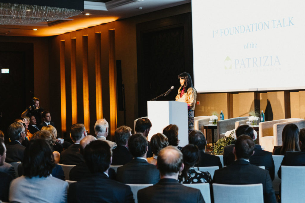 Event 1. PATRIZIA Foundation Talk 2019 in Frankfurt - Bühne mit Speaker Ausschnitt semi