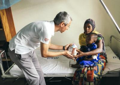PATRIZIA Children Hospital Tanzania - Alexander Busl übergibt Tüte