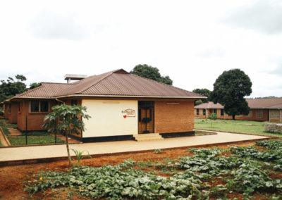 PATRIZIA Child Care Songea, Tansania - außen Gebäude mit altem Schild
