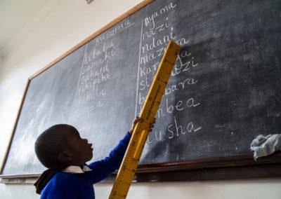PATRIZIA Child Care Songea, Tansania - Kind an Tafel