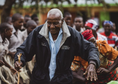 PATRIZIA School Syangeni,Kenia - alter Mann tanzt