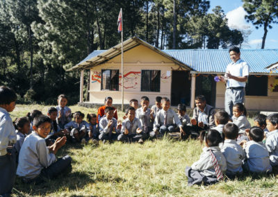 PATRIZIA School Dhoksan Nepal Schüler in einer Gruppe mit Lehrer