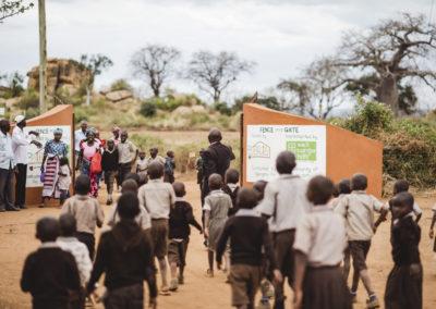 PATRIZIA School Syangeni, Kenia - Kindermenge Eingang