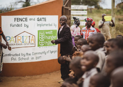 PATRIZIA School Syangeni, Kenia - Mann eröffnet mit Pfeiffe