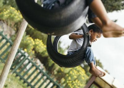PATRIZIA Child Care Grabouw, Südafrika - Junge in Reifenschaukel