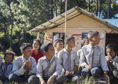 PATRIZIA School Dhoksan, Nepal - Kinder vor Gebäude
