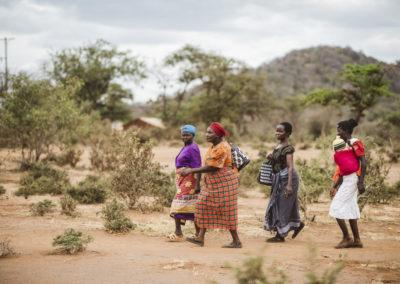 PATRIZIA School Syangeni, Kenia - Frauen mit Taschen und Kindern