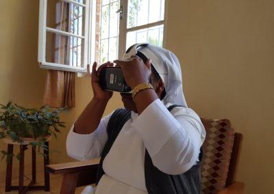 PATRIZIA Foundation Tansania - Schwester mit VR Brille