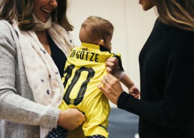 PATRIZIA Aftercare Hamburg - Besuch 2019 - Ann-Kathrin Götze begrüßt Baby in Götze Trikot