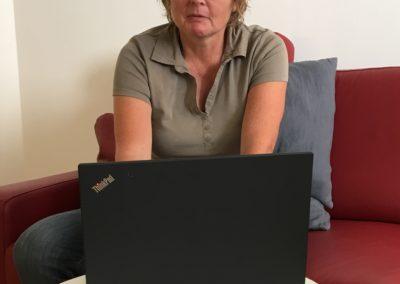 Birgit am Laptop