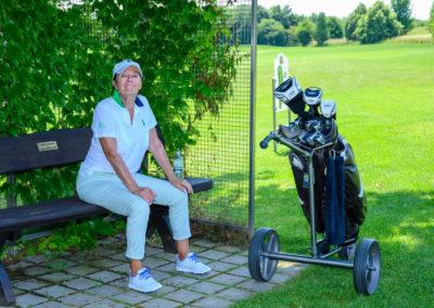 Event 7. PATRIZIA Charity Golf Cup 2019, Frankfurt Hof Hausen vor der Sonne - Sissy de Mas bei einer Pause mit Golfcaddy