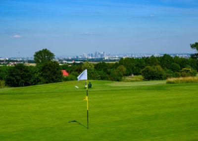Event 7. PATRIZIA Charity Golf Cup 2019, Frankfurt Hof Hausen vor der Sonne - Fahne mit Grün und Skyline