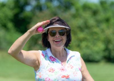 Event 7. PATRIZIA Charity Golf Cup 2019, Frankfurt Hof Hausen vor der Sonne - Heidi Bange lacht mit pinkem Golfball