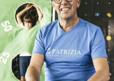PATRIZIA Child Care Augsburg - Andreas Heibrock mit PCF Shirt lacht