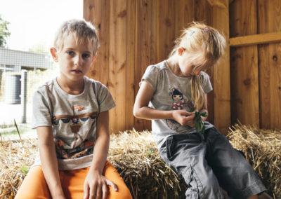 PATRIZIA Child Therapy Augsburg, Deutschland - Ziegelhof, Kinder im Stroh