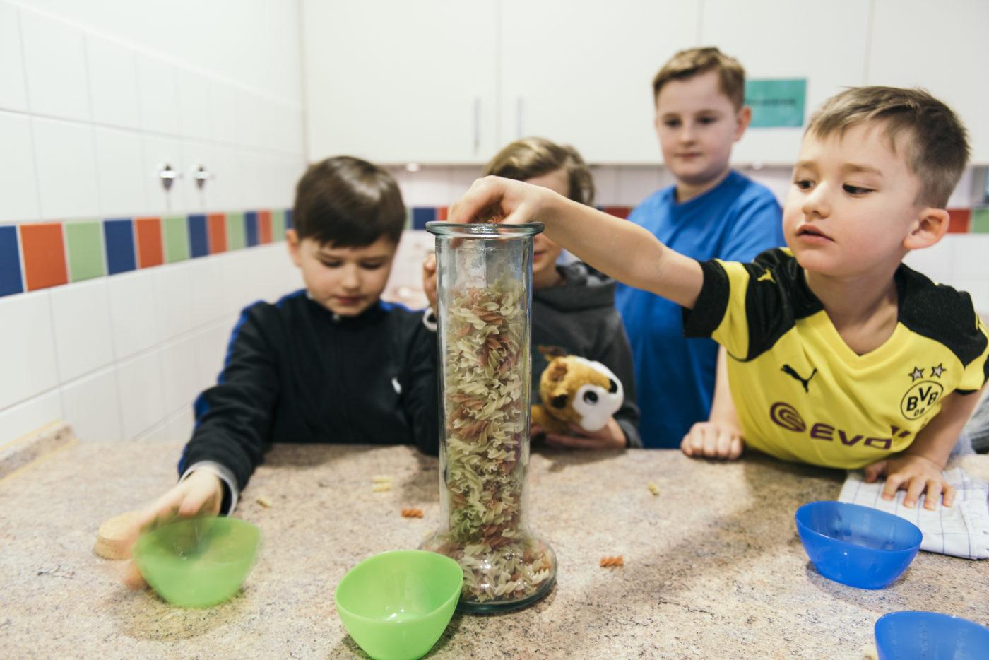 PATRIZIA Aftercare Hamburg Deutschland- Junge in BVB Trikot mit Nudelglas