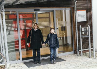 PATRIZIA Aftercare Hamburg, Deutschland - Junge mit Mama vorm Eingang
