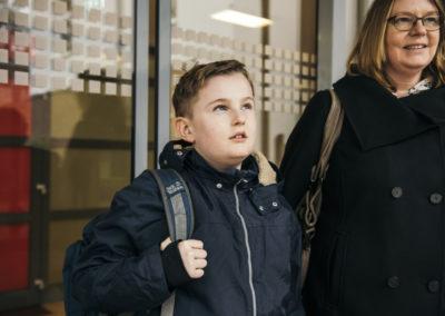 PATRIZIA Aftercare Hamburg Deutschland - Junge mit Mama vorm Eingang