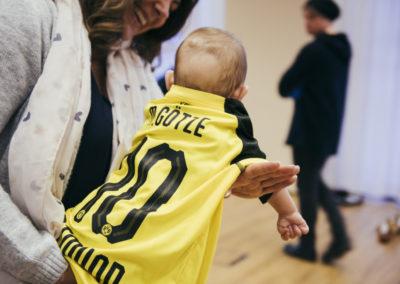PATRIZIA Aftercare Hamburg, Deutschland - Junge auf dem Arm mit BVB Trikot Rückseite