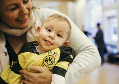 PATRIZIA Aftercare Hamburg, Deutschland - Junge auf dem Arm mit BVB Trikot