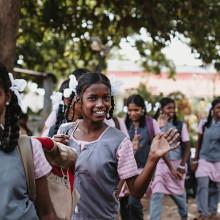 PATRIZIA School Dhoksan, Nepal - Mädchen mit Zöpfen, Junge lacht