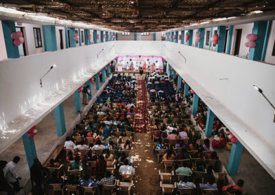 PATRIZIA Child Care Porayar, Indien - Empfangssaal, Sabine Schillinger-Köhne auf der Bühne