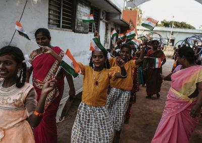 PATRIZIA Child Care Porayar, Indien - Mädchen begrüßen die Reisenden