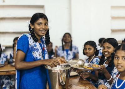 PATRIZIA Child Care Porayar - Mädchen gibt essen an Mitschülerinnen aus