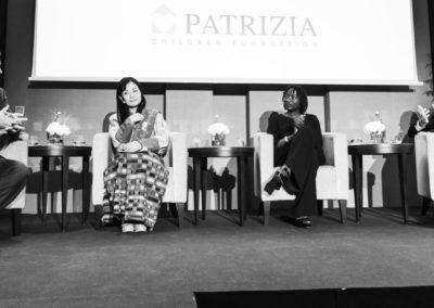 Event 1. PATRIZIA Foundation Talk 2018 in Frankfurt, Philipp Bächstädt moderiert Gespräch von Her Majesty The Queen Mother Sangay Choden Wangchuck, Dr. Auma Obama und Wolfgang Egger, schwarz-weiß