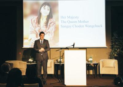 Event 1. PATRIZIA Foundation Talk 2018 in Frankfurt, Her Majesty auf der Leinwand, Moderator Philipp Bächstädt