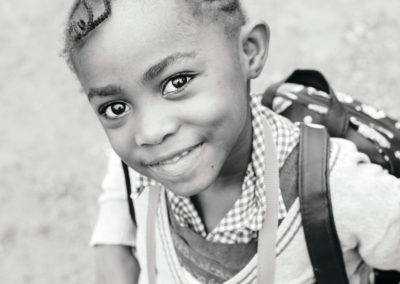 PATRIZIA School Yaoundé, Kamerun - Mädchen mit Rucksack
